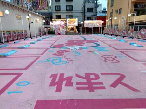 Parkeerplaats met Hello Kitty thema in Tokyo in Japan