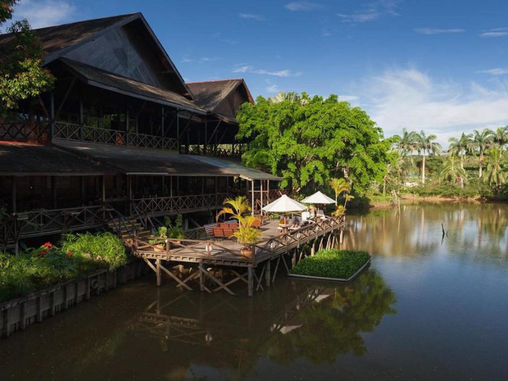 Restaurant met terras aan water Sepilok Nature Resort Borneo