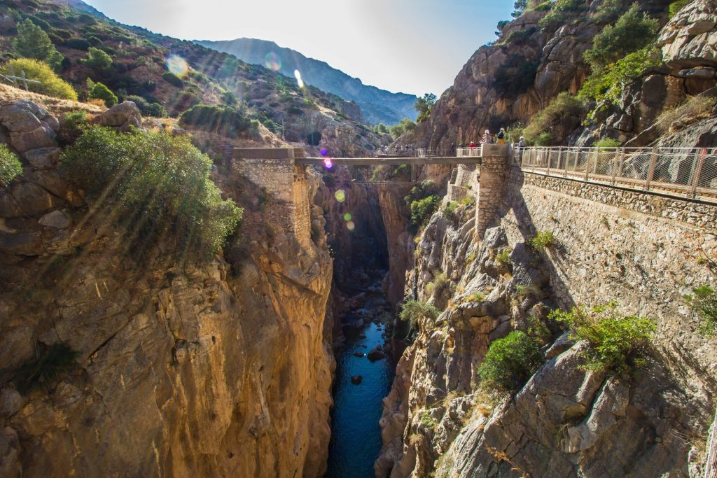 King's Bridge hangt in Las Palomas Cliff El Caminito del Rey Spanje